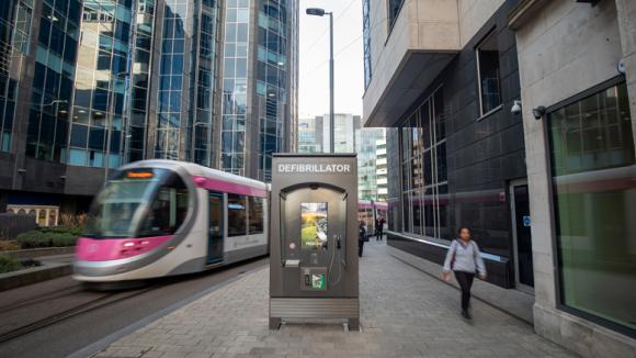 JCDecaux installe au Royaume-Uni du mobilier urbain digital sous forme de cabines avec défibrillateurs et téléphone gratuit