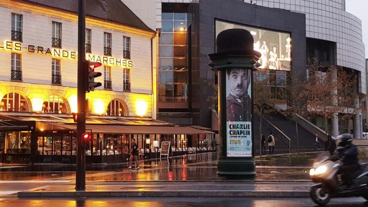 JCDECAUX déguise une colonne Morris en Charlie Chaplin