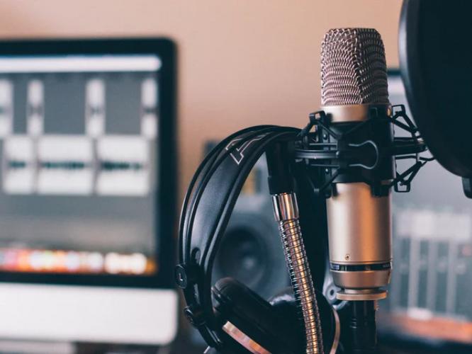 L'After Foot et Les Grosses Têtes en tête des chargements de podcasts en février d'après Médiamétrie